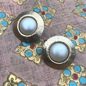 Jewelry - Vintage pearl and hammered gold clipon earrings